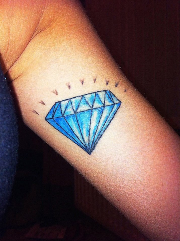 Tatouage repr sentatnt un diamant inkage - Tatouage diamant main ...