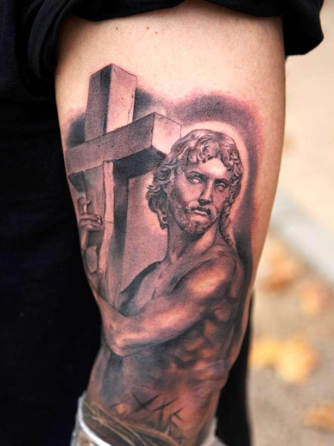 tatouage d une statue et d une croix inkage. Black Bedroom Furniture Sets. Home Design Ideas