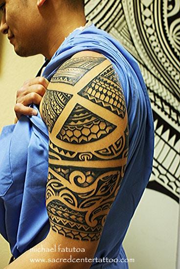 tatouage maori sur le haut du bras inkage. Black Bedroom Furniture Sets. Home Design Ideas