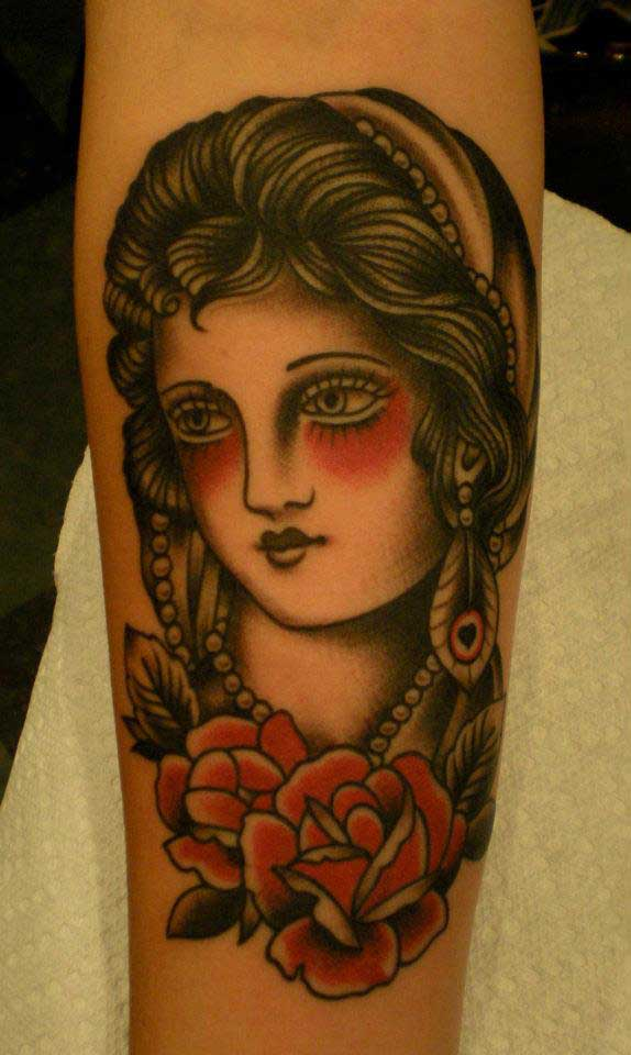 Tatouage old school portrait gitane