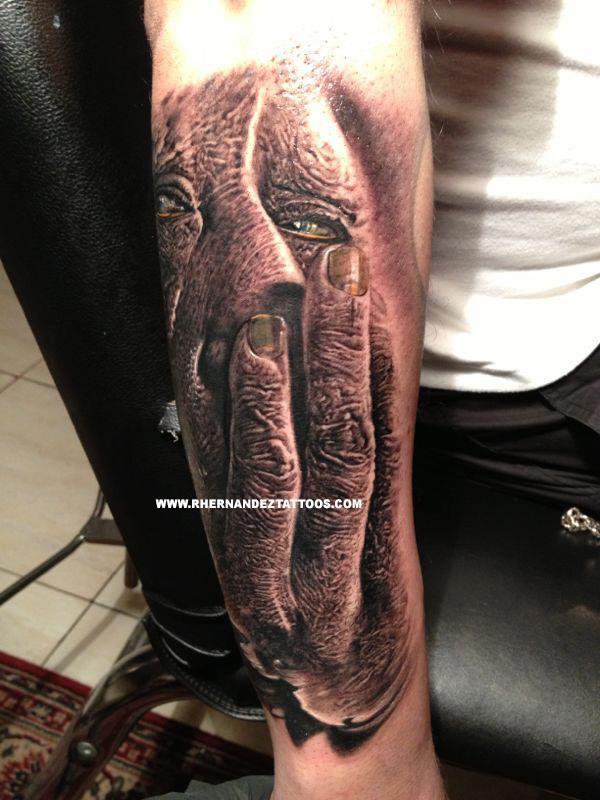 Tatouage homme la main sur le visage