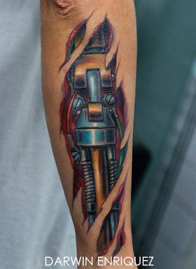 Tatouage bio,mécanique sur le bras,piston et cable