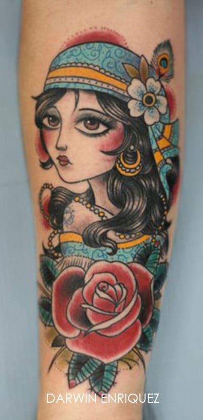 Tatouage bohémienne avec des fleurs rouges sur le bras