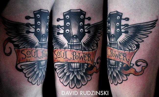 Tatouage manche de guitare avec des ailes