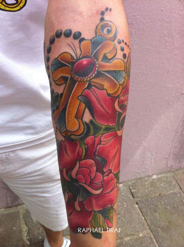 tatouage croix en or et fleur rouge inkage. Black Bedroom Furniture Sets. Home Design Ideas
