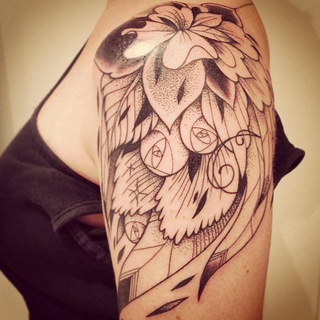 Tatouage fleur et plume graphique inkage - Tatouage fleur noir ...