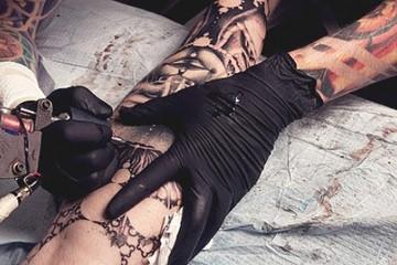 Le-gouvernement-veut-limiter-la-taille-des-tatouages