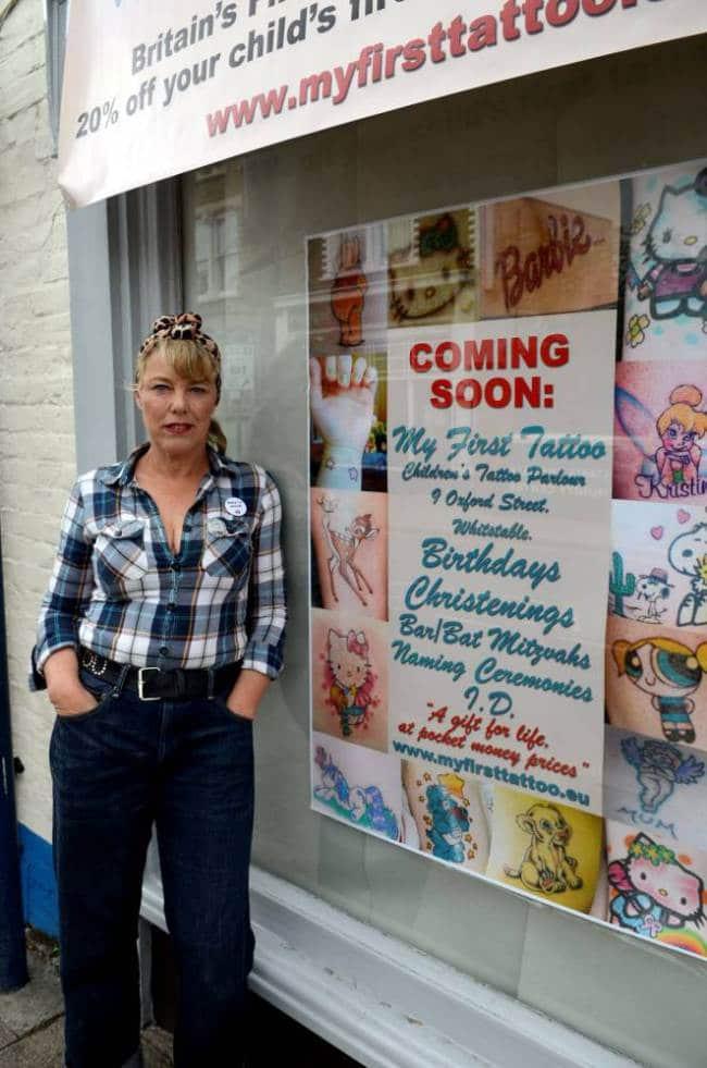 Sadie pose devant la fausse boutique