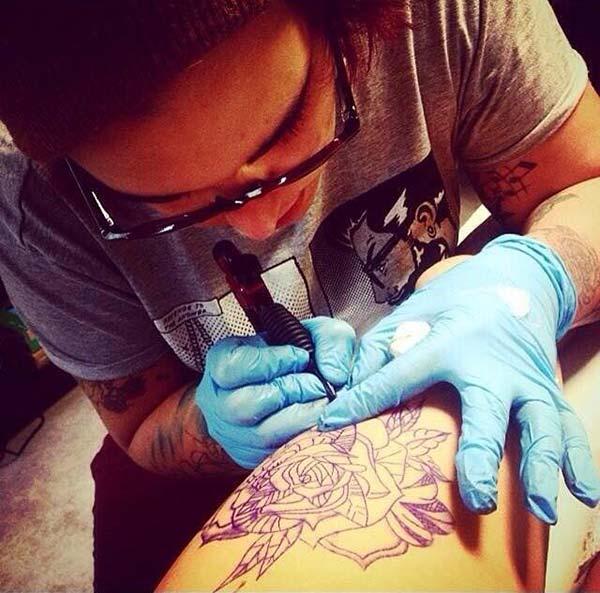 Une-tatoueuse-realise-gratuitement-des-tatouages-dans-un-centre-commercial--2