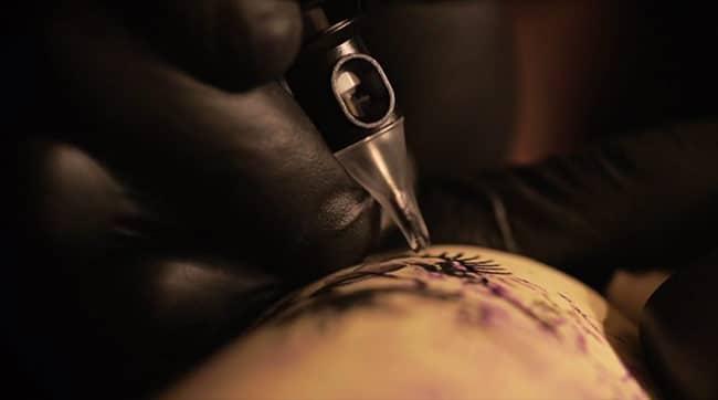 il-tatoue-des-bouteilles (3)