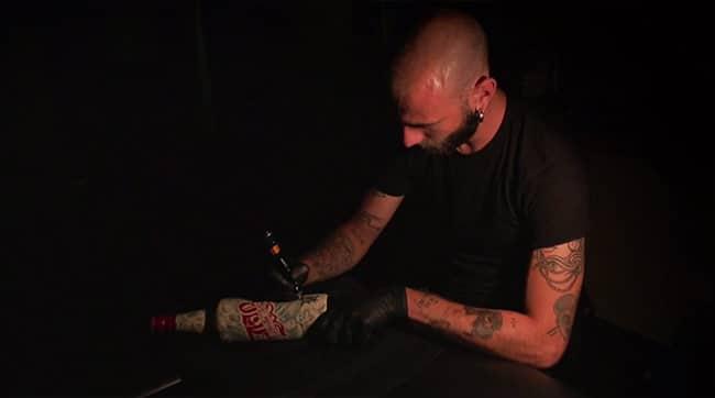 il-tatoue-des-bouteilles (4)