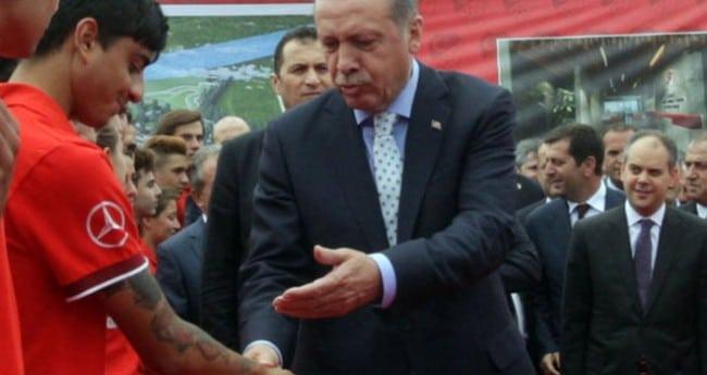 le président turc et le jeune homme tatoué