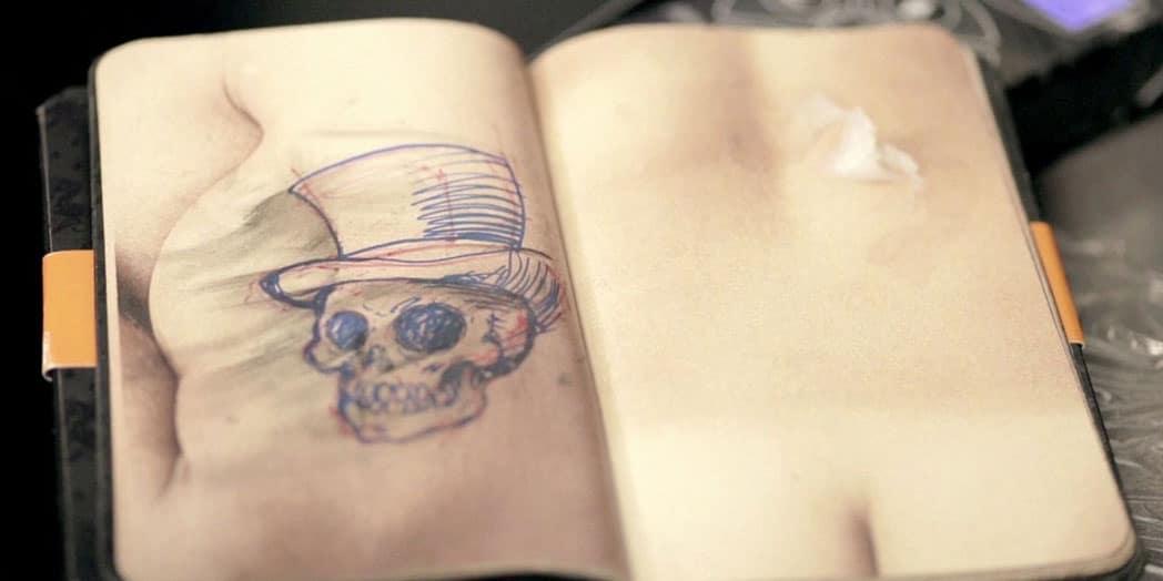 un livre en peau pour permettre aux tatoueurs de s entrainer inkage. Black Bedroom Furniture Sets. Home Design Ideas