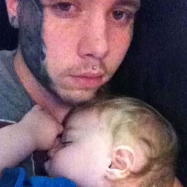 Il-se-fait-tatouer-le-portrait-de-son-fils-sur-le-visage